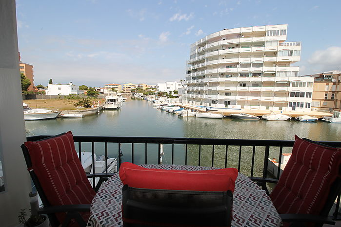 Apartment with a beautiful view of the canal, large balcony