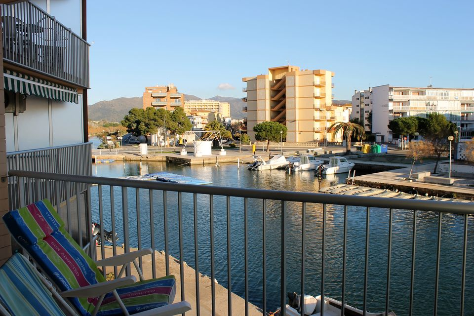 3 bedroom apartment, community mooring, canal view