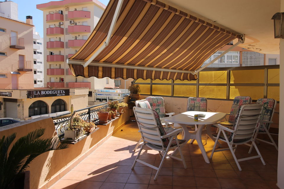 Spacious apartment with a large terrace, private parking, just 200m from the beach